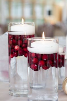 Inexpensive table decorations - 70 ideas that you can easily replicate - cheap table decoration cranberries floating candles - Cheap Table Decorations, Xmas Decorations, Floating Candle Centerpieces, Christmas Centerpieces, Centrepieces, Fishbowl Centerpiece, Fall Candle Centerpieces, Floating Table, Floating Candles Wedding