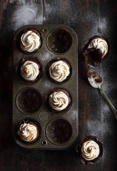 Food Rings Ideas & Inspirations 2017 - DISCOVER chocOlate cupcakes with toasted meringue frosting Cupcake Photography, Dark Food Photography, Slow Cooker Desserts, Breakfast Desayunos, Food Porn, Cupcake Recipes, Meringue Frosting, Meringue Desserts, Food Pictures