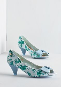 Bloom at the Top Heel in Periwinkle. Move over, stilettos - theres a new look in town and it's these eye-catching kitten heels! Low Heel Shoes, Low Heels, Shoes Heels, High Heel, Cute Shoes, Me Too Shoes, Vintage Heels, Retro Vintage, Shoes Wallpaper