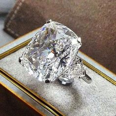 How Are Vintage Diamond Engagement Rings Not The Same As Modern Rings? If you're deciding from a vintage or modern diamond engagement ring, there's a great deal to consider. I Love Jewelry, Bling Jewelry, Diamond Jewelry, Jewelery, Large Diamond Rings, Do It Yourself Fashion, Ring Verlobung, Solitaire Ring, Solitaire Engagement