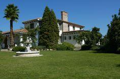 Los jardines y la fachada principal del caserón