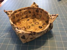 Sewing Gadgets Microwave bowl pot-holder - Sew up a microwave bowl potholder with cotton batting and fabric scraps. Use the quilt as you go technique. Great for saving fingers on hot bowls! Microwave Bowl Holders, Microwave Bowls, Sewing Hacks, Sewing Tutorials, Sewing Patterns, Sewing Ideas, Stitching Patterns, Apron Patterns, Rug Patterns