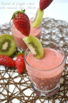 Frullato di fragole e kiwi: 250 g di Fragole 1 Kiwi Mezzo bicchiere di latte di mandorla