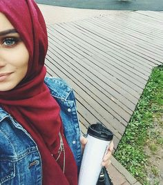 Burgundy hijab and denim jacket - check out: Esma Hijabi Girl, Girl Hijab, Hijab Outfit, Hijab Niqab, Muslim Girls, Muslim Women, Alexandra Golovkova, Cosy Outfit, Dou Dou