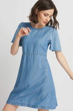 Trapezowa sukienka rozkloszowanymi rękawami