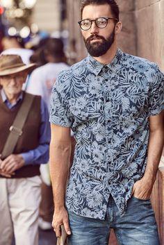 Aloha Sommer Style! Das Kurzarmhemd mit exotischem Flower-Print verbindet den Charme klassischer Hawaii-Hemden mit einer coolen Farbgebung und einem trendigen Schnitt. Die Slim-fit-Passform ist dank leichter Baumwollqualität auch bei Hitze angenehm und lässt sich perfekt mit Bermudas kombinieren.