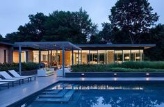 This ranch house was brought into the century and integrated with the landscape in Sands Point, New York, by studio Ohlhausen DuBois Architects. A glass pavilion for the daily living, cooking and dining Outdoor Pool, Outdoor Spaces, Outdoor Living, Indoor Outdoor, Tadao Ando, Pool Garden, Bungalow, Glass Pavilion, Modern Architects
