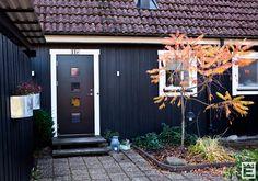 Svartmålad ytterdörr från Ekstrands i modell Nagano 140 G02/4. #Ekstrands #ytterdörr #ytterdörrar #dörr #dörrar #svart #Nagano