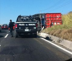 Un tráiler que circulaba por la carretera que conduce de Ciudad Guzmán a Guadalajara, volcó sobre su costado a la altura del Kilómetro 126, en el percance no se reportaron víctimas, sólo intensa carga vehicular. Foto del reportero ciudadano Nicole Manuel