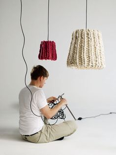 knitted lampshades (use big open knit to filter light) Lampe Crochet, Shabby Vintage, Diy Laine, Diy Coffee Table, Easy Diy Crafts, Lampshades, Lace Lampshade, Crochet Lampshade, Lamp Design