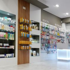 Estanterias y mobiliario de farmacia garabato 인테리어 in 2019 pharmacy design, Design Exterior, Exterior House Colors, Showroom Design, Shop Interior Design, Pharmacy Design, Shop Fronts, Shop Window Displays, Shop Plans, Kids Store