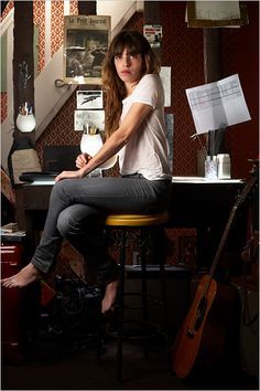 Lou Doillon in jeans and t-shirt Charlotte Gainsbourg, Serge Gainsbourg, Lou Doillon, Jane Birkin, French Girl Style, French Girls, French Chic, Star Fashion, Daily Fashion