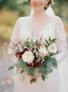 Cream + burgundy bouquet   Photography: The Ganeys