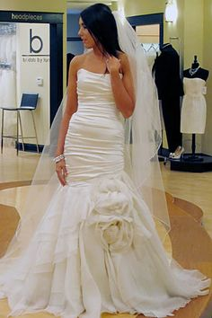 Gorgeous dress on SYTTD Atlanta. This is similar to mine (without the flower). I'm digging the long veil with it!