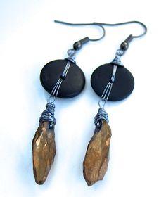 Boucles d'oreille wire wrap avec une agate titanium brute dorée et disque noir