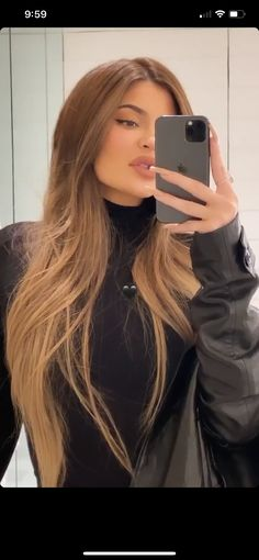 Kylie Jenner medium/light brown hair ♥ Many women prefer to visit the hairdresser even when they cannot have time to … Honey Brown Hair, Honey Blonde Hair, Brunette Hair, Blonde Hair Brown Skin, Black Hair, Brown Hair Balayage, Hair Highlights, Light Brown Highlights, Kylie Hair