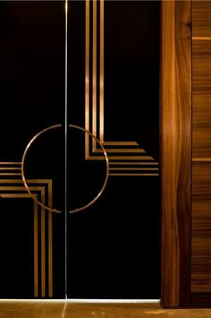 If you& anything like me, you LOVE the Art Deco period. Sleek, sexy lines, classy styling and expensive taste! But there is more to Art Deco than the Great Gatsby! Get the basics of the Art Deco period nailed in less than ten mins in this post. Estilo Art Deco, Arte Art Deco, Moda Art Deco, Interiores Art Deco, Art Nouveau, Muebles Art Deco, Art Deco Door, Art Deco Mirror, Art Deco Furniture
