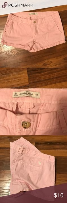Abercrombie & Fitch Shorts Gently worn, no defects or any signs of wear. Abercrombie & Fitch Shorts Cargos