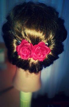 Opgerold haar met roosjes