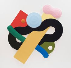 La obra del joven artista neoyorquino Josh Sperling, hecha a partir de la suma de distintas formas de madera pintadas con preciosas combinaciones de colores y con un sutil relieve, consigue que su trabajo oscile entre la escultura y la pintura.