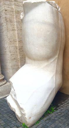 Ook weer in deze pin kan je zien hoe gedetailleerd Romeinse beelden waren in de derde eeuw.