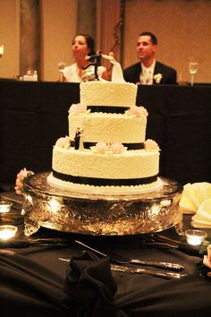 Black and White wedding cake Latest wedding cakes and Desserts http://www.iwedplanner.com/wedding-cakes-and-desserts/