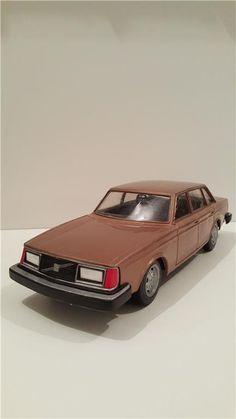 "Modellbil Volvo 244 GL metallic "" Made in Finland ."