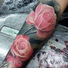 Rosen auf Unterarm tätowiert