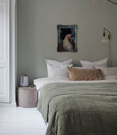 minimal bedroom design home style interiordesign Serene Bedroom, Bedroom Inspo, Home Decor Bedroom, Master Bedroom, 50s Bedroom, Hamptons Bedroom, Green Bedroom Decor, Bedroom Ideas, Pale Green Bedrooms