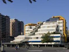De bibliotheek. Op de eerste verdieping naast de gele buizen rechts is mijn werkplek