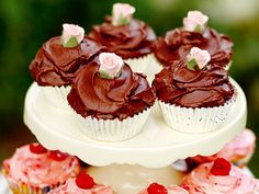 Leilas chocolate cupcakes (kock Leila Lindholm) THE frosting:) Chocolate Cupcakes, Mini Cupcakes, Delicious Desserts, Yummy Food, Snack Recipes, Snacks, But First Coffee, Food Humor, Piece Of Cakes
