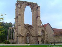Ruine des Klosters Walkenried.  Das Zisterzienserkloster Walkenried wurde im Jahre 1127 von der Gräfin Adelheid von Clettenberg gegründet. Seine Mönche verwandelten darauf hin mit ihrer Tätigkeit das Antlitz der Landschaft um Walkenried grundlegend. Das ursprüngliche baumbestandene Sumpfgebiet wurde trockengelegt, es entstanden stattdessen Felder und viele Fischteiche. Durch die damit verbundene Sicherstellung der Versorgung der Mönche mit Nahrung entstand die Grundlage für den Wohlstand des…
