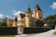 Georgi Schloss Ehrenhausen Located in Ehrenhausen on the Mur River, the Georgi Schloss is a palace built in Tudor style. It offers suites in different buildings. Hotel Austria, Route Planner, Travel Hotel, Villa, Walking Routes, Tudor Style, Hotels, Cool Countries, Wedding Ideas