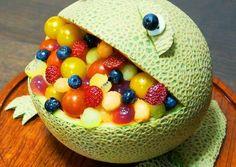Obstsalat in einer Honigmelone