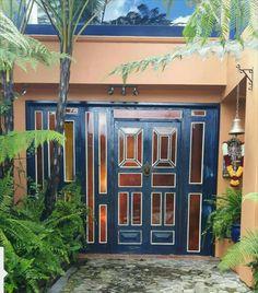 Puerta de pivote y división fija  realizada con puertas de segunda