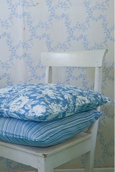I just adore a mix of soft blue florals and wallpapers...very cottage-style