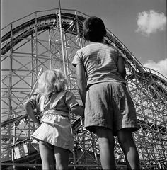 Children looking at a roller coaster, Palisades Amusement Park, 1946 [Photo by Stanley Kubrick] Palisades Amusement Park, Palisades Park, Black White Photos, Black And White Photography, Vintage Photography, Street Photography, Classic Photography, Stanley Kubrick Photography, Sebastiao Salgado