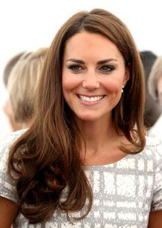 Kate Middleton Loose End Curls - Kate Middleton Named Britain's Hair Icon Looks Kate Middleton, Kate Middleton Hair, Kate Middleton Photos, Pretty Hairstyles, Wedding Hairstyles, Princesa Kate Middleton, Herzogin Von Cambridge, Hair Icon, Celebrity Beauty