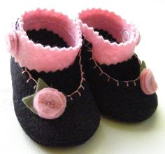 Black and Pink Floral Felt Baby Booties por ShesSoCraftyGoods1