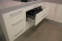 #diseño de #cocina Diseño de cocinas en Las Rozas (Madrid) cocina clasica modelo altea lacado blanco satinado con silestone kensho regruesada #madrid