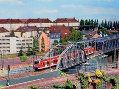 Ein typisches Großstadt-Motiv. Die S-Bahn in der Nähe des Hauptbahnhofes, im Hintergrund sind die Mietskasernen zu sehen.