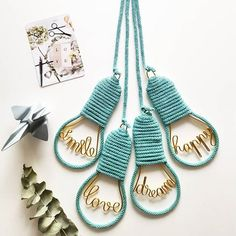 { Ampoules smile/love/dream/happy } [Coloris: émeraude pailleté] Modèle déposé Bedroom Crafts, Diy Room Decor, Wire Crafts, Metal Crafts, Crafts To Make And Sell, Diy And Crafts, Diy Pompon, Spool Knitting, Ideias Diy