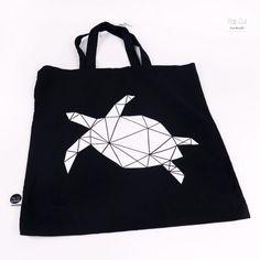 Baumwolltasche mit kurzen Henkeln, Farbe schwarz, Plotterdruck Schildkröte Abmessungen: 36 x 40 cm Preis: € 12,- Jetzt bestellen: http://www.popcut.at/diy/webshop/