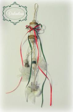 Κρεμαστή Μπομπονιέρα-Κουβαρίστρα με Κόκκινες και Κιπαρισσί κορδέλες! Christmas Ornaments, Holiday Decor, Home Decor, Decoration Home, Room Decor, Christmas Jewelry, Interior Design, Christmas Decorations, Home Interiors