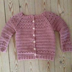 Frøken Thys kreahjørne: Opskrift på hæklet Triangeltrøje Crochet Baby Sweaters, Crochet Baby Cardigan, Crochet Jacket, Crochet Clothes, Knit Crochet, Crochet Baby Dress Pattern, Baby Girl Crochet, Newborn Crochet, Crochet For Kids