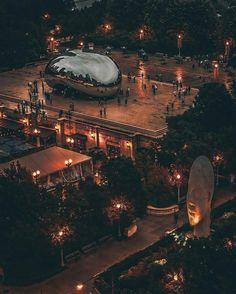 Скульптура Облачные ворота или Cloud Gate  – американская государственная скульптура британского художника и скульптора Anish Kapoor (Аниша Капура), расположенная в центральном Millennium Park  на площади AT & T Plaza в Чикаго, штат Иллинойс. По замыслу создателя, эта скульптура должна напоминать падающую каплю ртути, время остановилось, и блестящий жидкий металл завис за секунду до падения на землю.