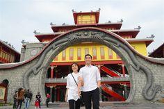 """Ngay sau khi công viên chính thức mở cửa, nhiều du khách đã đến Sun World Ha Long Park để sở hữu những chiếc vé đầu tiên vào công viên chủ đề Dragon Park. Đôi bạn trẻ đến từ Hạ Long này hào hứng chia sẻ: """"Nghe thông tin về tàu lượn siêu tốc hàng đầu Đông Nam Á, tụi em không thể bỏ..."""