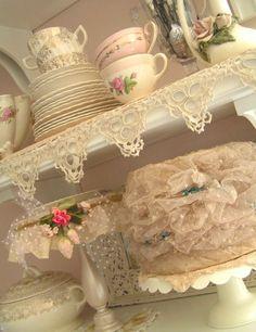 thedaringcomet: inspirationoooooahhhhh: doçura de www.velvetstrawberries.typepad.com notar os chapéus do vintage das placas de bolo!