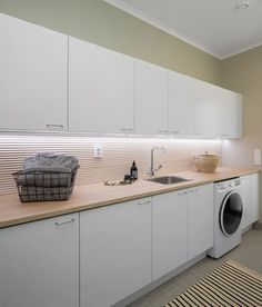 This beautiful utility room is decorated with natural tones and surfaces, including our wooden panel in the wall. Bathroom Essentials, Bathroom Toilets, Laundry Room, Sweet Home, Kitchen Cabinets, Home Appliances, Interior Design, Storage, House