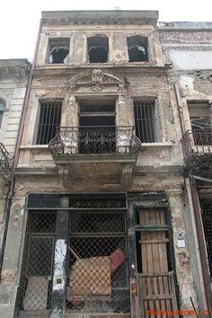 Turist în București: Strada Franceza - Centrul Vechi - Bucuresti Romania People, Cabin, Mansions, House Styles, Home, Bucharest, Manor Houses, Cabins, Villas